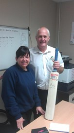 Lisa Ellis Winner of the cricket bat