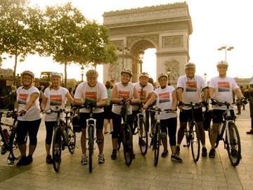 Posing with the Arc de Triomphe
