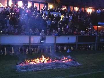 The crowd await the firewlak...