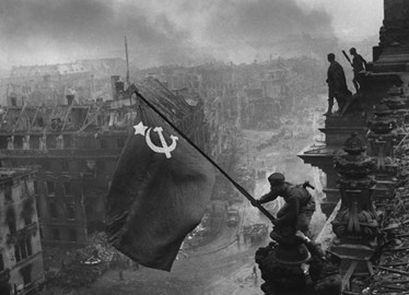 Raising the flag on the Reichstag