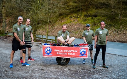 5 of the 7 team members ready to head off on a training run