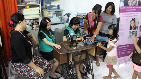 The mothers taught our little visitors how to sew
